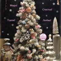 Новогодняя открытка с нарядной ёлочкой и снеговиком